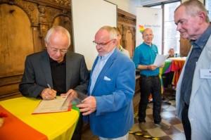 Für den Schleswig-Holsteinischen Fußballverband (SHFV) unterzeichnen Manfred Möller, Vizepräsident, und Eddy Münch, Beauftragter für gesellschaftliche Entwicklungen, die Lübecker Erklärung